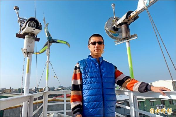 呂權恩在屋頂架設氣象觀測器材,十分專業。(記者劉曉欣攝)
