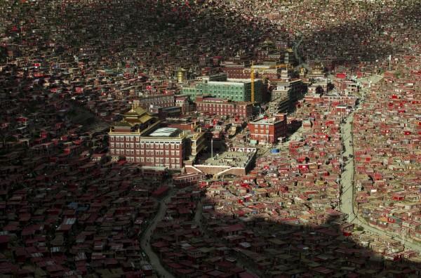 「喇榮五明佛學院」成立於1980年,被認為是世界上最大、最有影響力的藏傳佛學院,學徒來自中國各地及鄰國地區,鼎盛時期人數上萬。(路透)