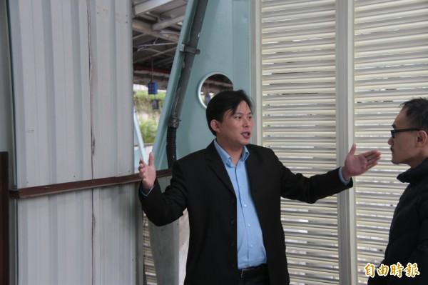立委黃國昌(左)現勘汐科站工程進度。(記者林欣漢攝)