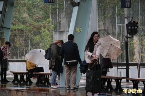 汐科站月台寬度不足,民眾乘車時走在月台邊,險象環生。(記者林欣漢攝)