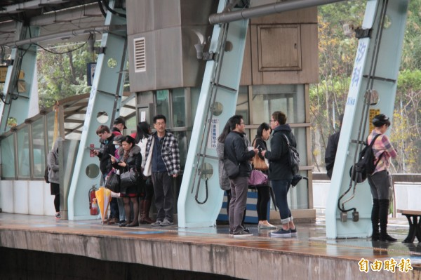 汐科站月台寬度不足,扣掉中間柱子僅1米5寬。(記者林欣漢攝)