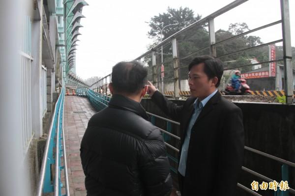 立委黃國昌(右)勘查汐科火車站無障礙設施。(記者林欣漢攝)