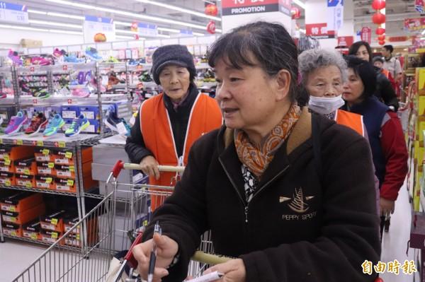 200名志工協助100名經濟弱勢的獨居長者,到大賣場添購年貨。(記者林敬倫攝)