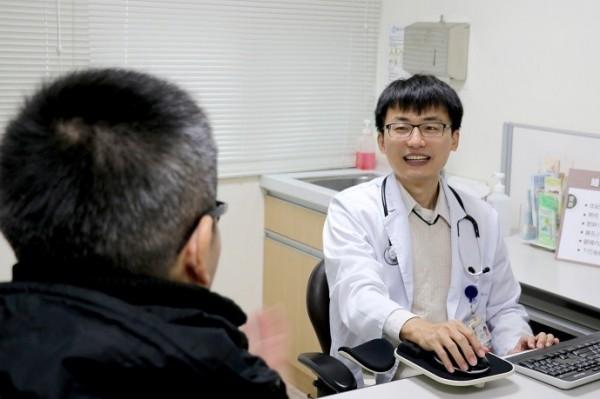 羅東博愛醫院醫師洪明輝(右)提醒大家多留意家人睡眠情形。(記者江志雄翻攝)