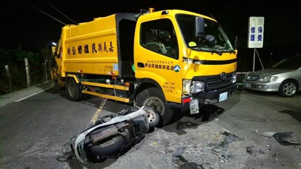 嘉義縣年約40歲中年男子,今天晚上6時半騎機車經過民雄鄉秀林村林子尾3鄰路口,不明原因與值勤中的民雄鄉公所清潔隊的垃圾車擦撞。(記者曾迺強翻攝)