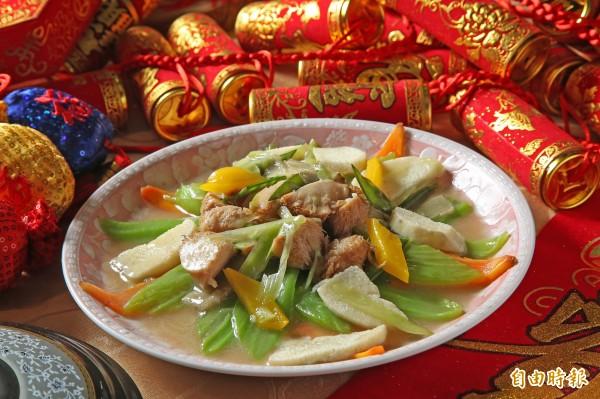 農曆春節吃長年菜象徵好兆頭,能帶來好運。(記者沈昱嘉攝)