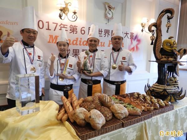 2017世界麵包大賽冠軍團隊,左起領隊張明旭、助手廚師周小槿、主廚陳耀訓,右一是教練王鵬傑,這次出戰個人賽,將以早期台灣原住民棒球運動為主題。(資料照,記者葛祐豪攝)