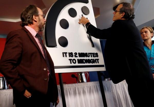 提醒世人人類全體毀滅的象徵性「末日時鐘」(Doomsday Clock),25日再度撥快30秒,距離象徵人類末日的「午夜12時」,僅剩2分鐘,是冷戰以來最危險的情況。(路透)
