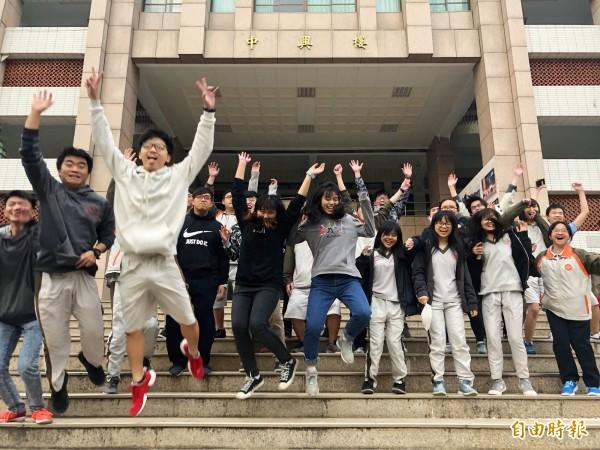 學測南投考區中興高中考場的考生,在學測結束後步出考場,開心地高喊「考完了!」(記者陳鳳麗攝)