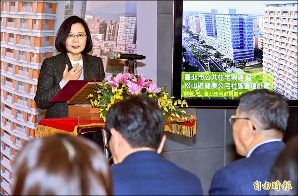總統蔡英文(左)與台北市長柯文哲(前右)昨日同台視察健康公宅,她稱讚松山區健康公宅是社會住宅的典範,並強調「年輕人的居住權利與環境,也是台灣價值」。(記者廖振輝攝)