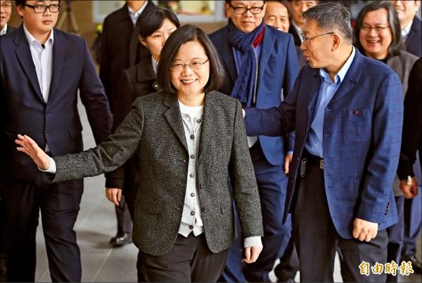 總統蔡英文(左)26日前往台北市健康公宅視察,由台北市長柯文哲(右)陪同,由於日前蔡英文公開表示要柯對「台灣價值」再做一次確認,蔡、柯同台引起關注。(記者廖振輝攝)
