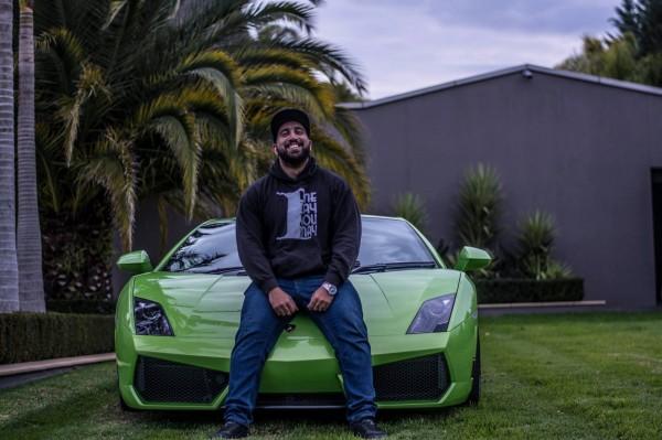 澳洲年僅26歲的卡拉吉歐利茲,靠著投資比特幣致富,如今身價高達1500萬澳元(約新台幣3.5億元)。(圖翻攝自Sam Karagiozis Facebook)