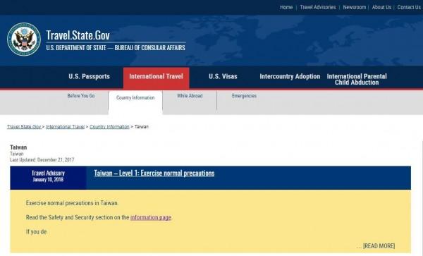 美國國務院領事事務局官網今天再次改版,將所有國家與地區的國旗圖案移除,一視同仁。(翻攝自美國領務局官網)