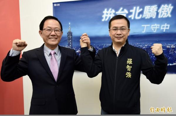 前總統府副秘書長羅智強(右)15日宣布棄選台北市長,表示機會是留給準備好的人,支持有意參選台北市長的前立委丁守中(左),並出任丁守中的青年及網路總策畫。(資料照)