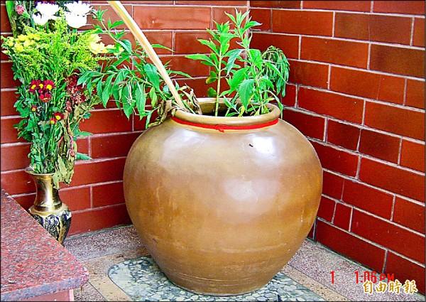 社會科考題中說的裝水的向缸,水是經儀式處理過,可治病。(記者楊金城攝)
