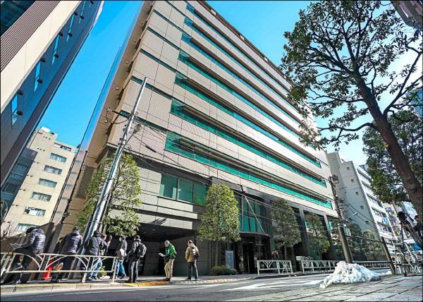 日本加密貨幣交易所Coincheck位於東京的公司總部外,二十七日有媒體記者聚集。(歐新社)