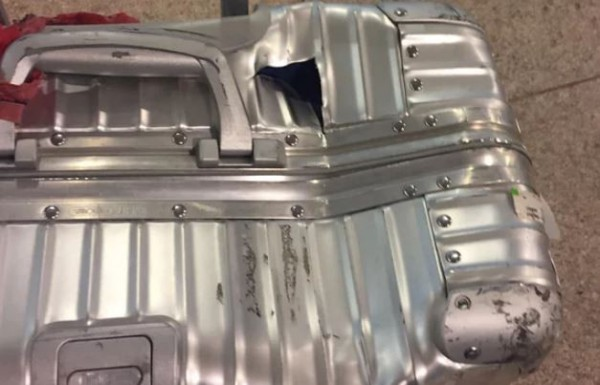 男子下機後看到行李箱被摔爛,形容「看起來像被斧頭砍過」。(圖擷取自衛報)