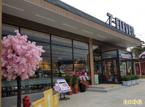 這間位於省道台3線新竹縣橫山段旁的7-ELEVEN,店內、店外都有浪漫的人造櫻花樹,吸引不少顧客拍照打卡,成了新人氣景點。(記者蔡孟尚攝)