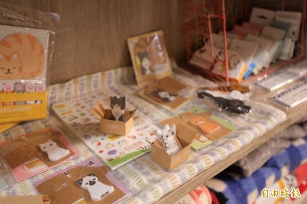 店內還打造了貓咪商品選物區,由老闆娘嚴選各類貓咪生活小物、文具等。(記者陳宇睿攝)