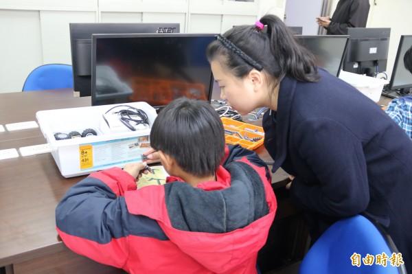 弘光科大協助善水國中小學舉辦寒假探索體驗營,啟發學生對各種技藝課程的興趣。(記者歐素美攝)