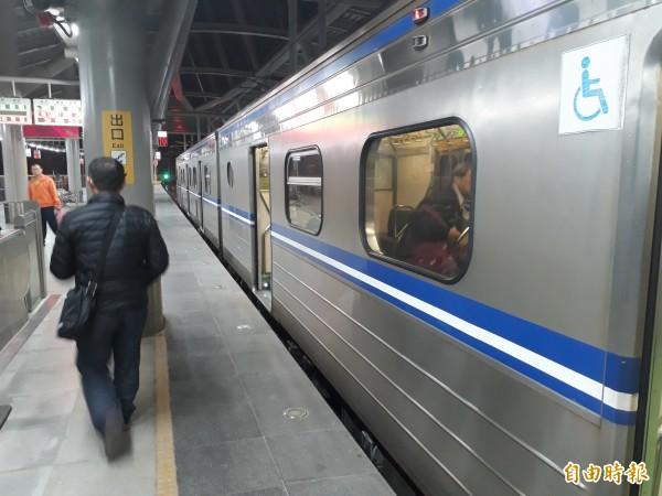 台鐵改裝新左營站至屏東地區的EMU500車廂,外觀彩繪將融入屏東元素。(記者侯承旭攝)