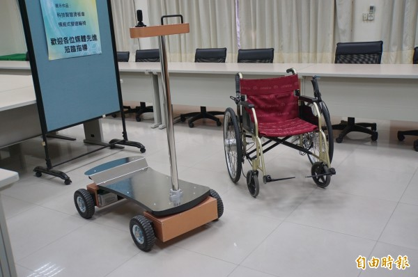 雲林科技大學機械系發表兩項新發明,分別是「模組式變速輪椅」及「科技智慧滑板車」。(記者詹士弘攝)
