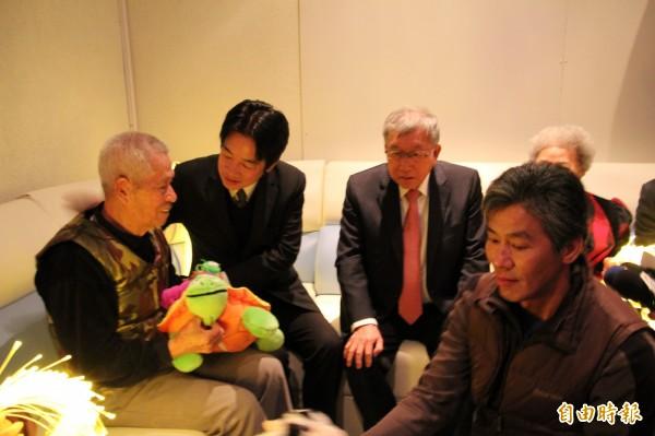 賴揆(左2)視察新竹縣新埔鎮的長照2.0時,很驚喜看到失智長輩們,在多感官室內透過絨毛玩具,刺激觸覺的創意長期照顧課程設計。(記者黃美珠攝)