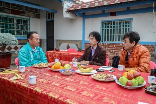 前農委會副主委翁章梁(左)接受日本學者與媒體訪問。(記者林宜樟翻攝)