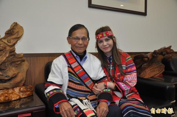陳琬琳(右)與父親陳欽亮開心合照。(記者彭健禮攝)