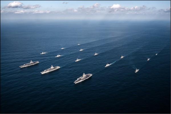美國航空母艦「羅斯福號」和「尼米茲號」打擊群,去年十一月與南韓海軍船艦在西太平洋海域舉行聯合演習。(歐新社檔案照)