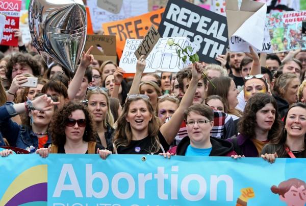 愛爾蘭總理瓦拉德宣布,今年5月底愛爾蘭將就限制性墮胎法律進行公投,預計法案內容將讓孕婦於懷孕12週內墮胎不受限制。(資料圖,法新社)