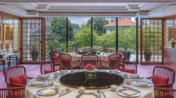 新加坡麗晶酒店的夏宮餐廳爆出食安問題,43名客人在用餐後,出現食物中毒症狀。(圖擷取自新加坡麗晶酒店官網)