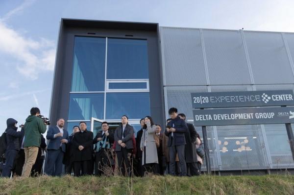 台北市長柯文哲持續在荷蘭市政考察,昨前往「Park 20/20」參觀循環經濟建築。(圖由台北市政府提供)