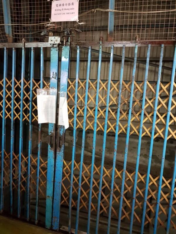 案發的工業用電梯。(記者曾健銘翻攝)