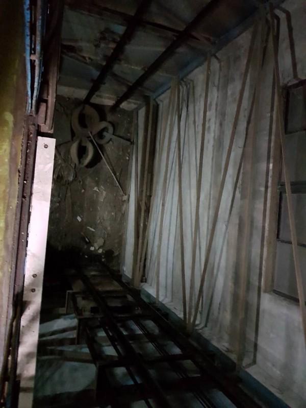 男子不慎摔下電梯井。(記者曾健銘翻攝)