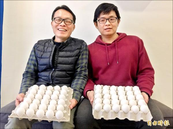梁奇鳳進口白雞種畜養,生下的雞蛋僅賣給中研院等三十個單位做為研發疫苗使用,兒子梁弘勳(右)協助配送。(記者洪友芳攝)