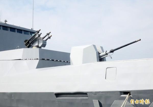 海軍康定級武昌艦(拉法葉艦)船頭主砲已換裝成具有匿蹤性能的新外殼,射速也提升為每分鐘100發。(記者黃耀徵攝)
