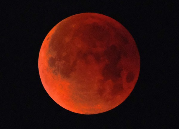 圖為在美國洛杉磯拍下的「超級藍月」。藍月並非是指月亮的顏色,而是用來形容罕見的事情。(美聯社)