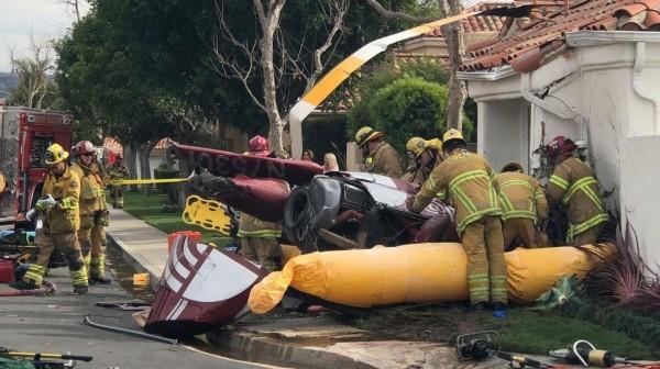 一架載有4人的直升機墜毀於加州民宅。(圖擷取自推特)