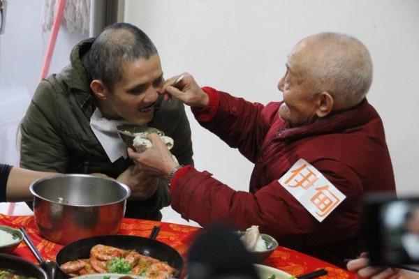 愛心圍爐圓夢!父子40年來首次圍爐團聚。(圖截自伊甸基金會臉書)