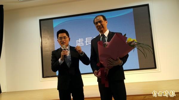 前花蓮副縣長張志明(右)今接台東教育處長,台東縣長黃健庭表達感謝。(記者黃明堂攝)