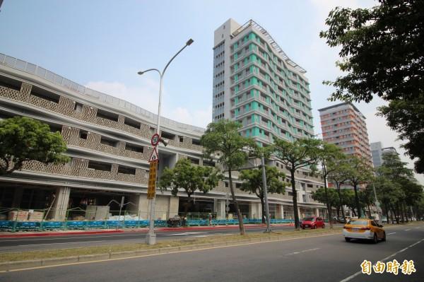 截至今天下午6時,都發局已經收到7806件申請,公宅中籤率為6.04%,為台北市出租公宅以來,中籤率最低、最搶手的公宅。(記者鍾泓良攝)