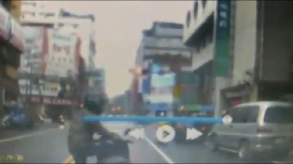 騎士突闖入車道。(擷取自影片)