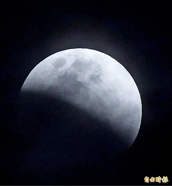 天文奇景「月全食加藍月」昨晚登場,高雄晚間雲層稍厚,最漂亮的「紅月」時間點出現在晚間9點50分許。(記者黃志源攝)