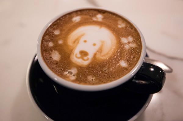 加州的咖啡店未來可能得警告顧客,喝咖啡與罹癌的關聯性。(彭博)