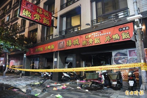 高雄市小港區山明路一家便當店今晚用餐時間發生氣爆,造成10多人受傷,其中3人重傷,已入住加護病房。(記者張忠義攝)