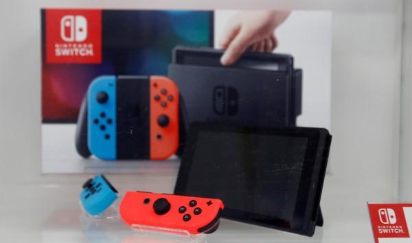 「Nintendo Switch」的線上服務可連動智慧型手機,與其他玩家共同對戰,亦可使用語音功能即時對談。(路透)