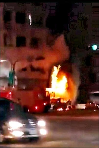 小港便當店氣爆引發大火。(翻攝臉書爆料公社)
