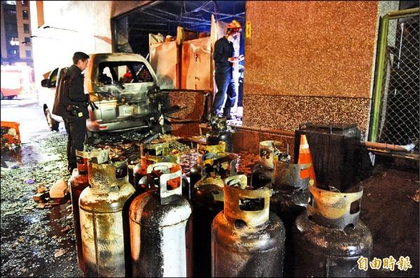 現場也找到數支疑似釀禍的瓦斯鋼瓶)。(記者張忠義攝)