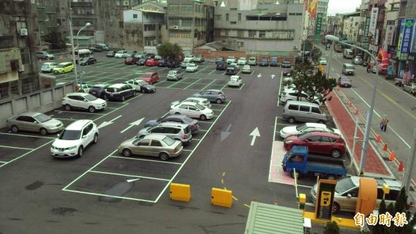 大甲文武停車場收費後,停車格眾多。(記者張軒哲攝)